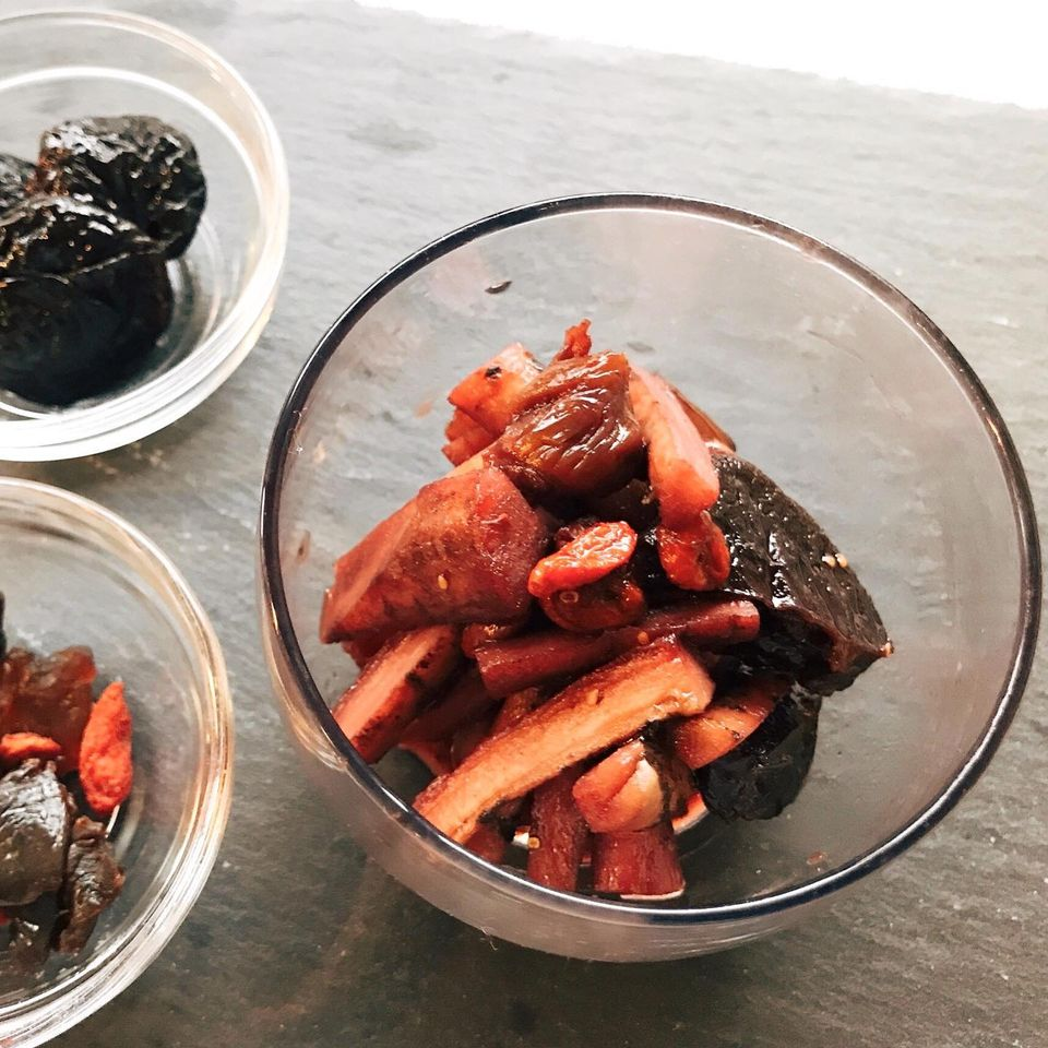 冬の薬膳|ごぼうとプルーンの赤ワイン煮